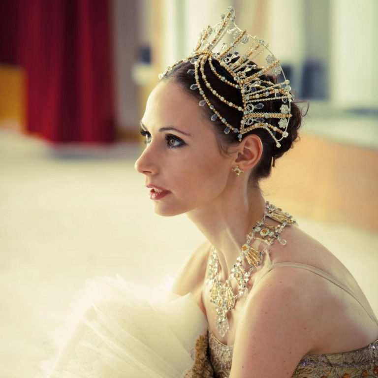 Liudmila Konovalova, bailarina que practica ballet dentro de su cuarentena