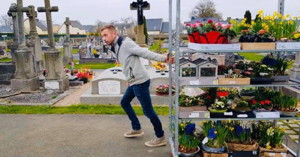 El florista Romain Banliar adorna cementerio con flores que no pudo vender por la cuarentena