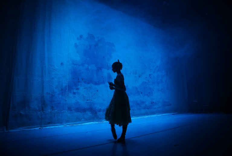 Conoce el secreto mundo que se esconde tras bambalinas del teatro Municipal de Las Condes