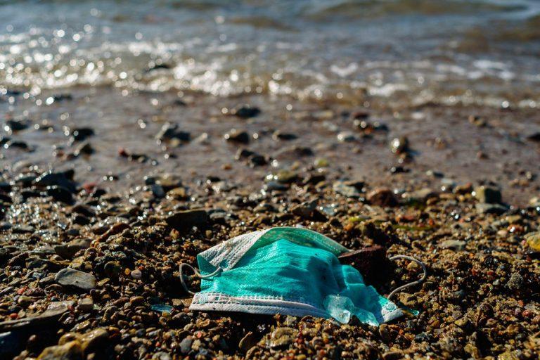 La gran contaminación que traerán las mascarillas y los guantes por ésta pandemia
