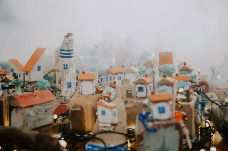 El artista Pavel Brat recicló 50 kilos de basura de la playa y la transformó en éstas bellas casas