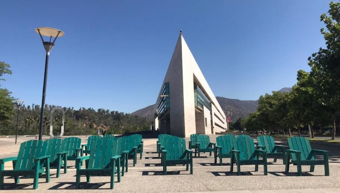 Convierten una tonelada de plástico en sillas para el Parque Bicentenario