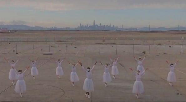 """""""Vals de los copos de nieve"""" de  Cascanueces en un aeropuerto frente a San Francisco"""
