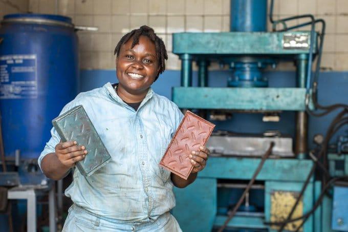 Mujer keniana convierte residuos plásticos en adoquines