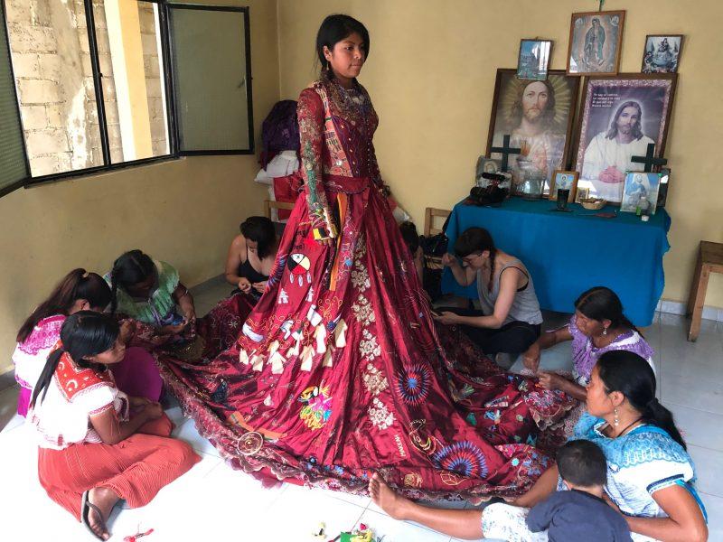El Vestido Rojo, un viaje de 11 años alrededor del mundo a través del bordado